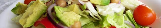 Spala si taie in bucati (cum vrei tu de mari): 1 ceapa rosie mica, 6-8 ridichi rosii mici, 2 ardei capia rosii, jumatate salata eisberg, o bucatica salata rosie, rosii...