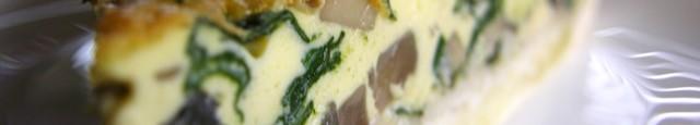 Aluat: foloseste Aluat de tarta sarat Ingrediente umplutura: 200 gr. ciuperci proaspete 150 gr. spanac proaspat 100 ml lapte 200 ml smantana 5 oua 200 gr. branza cheddar razuita 4-5...