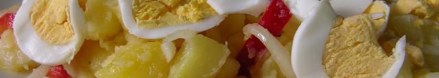 Ingrediente: 1,5 kg cartofi 2 ardei kapia rosii 2 cepe galbene 4-5 linguri ulei de masline 6 oua sare  Cum procedezi: 1. Cartofii intregi si nedecojiti ii speli si...